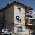 Çmenduria e OSHEE Gjirokastër, kabina elektrike vazhdon të jetë brenda pallatit. Banorët bëjnë thirrje për ndihmë (VIDEO)