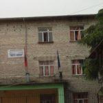 Gjirokastër, nxënësit e 'Koto Hoxhit' do të mbledhin lekë për lyerjen e shkollës. Drejtori akuzon Zamira Ramin: Rregulloi vetëm tualetet…