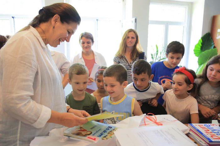 Librat falas për nxënësit, Mirela Kumbaro zgjedh shkollën e Nepravishtës në Libohovë (FOTO)