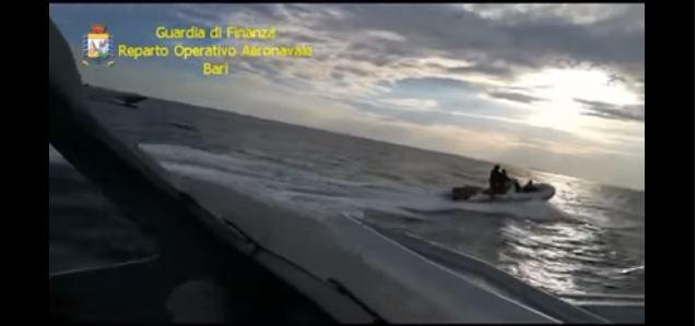 Ndjekje si nëpër filma, policia kap 557 kg kanabis. Dy të rinj në pranga (VIDEO)