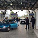 Kapuça të zinj, bluza me mbishkrime nacionaliste dhe simbole të tjera ekstremiste. Procedohen penalisht 4 shtetas grekë në Gjirokastër. 20 të tjerë nuk lejohen të kalojnë Kakavijën (FOTO)