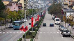 'Bisha' e kuqe 'tërbon' Gjirokastrën. Shihni këto pamje (VIDEO)