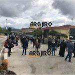 3 km radhë në Kakavijë për të shkuar në varrimin e Kacifas, grekët acarohen me policinë shqiptare