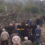 Mbërrin në shtëpi arkivoli me trupin e ekstremistit Kacifas, qindra njerëz shkojnë për ngushëllim. Mediat greke paralajmërojnë nesër 2 mijë vetë në Bularat