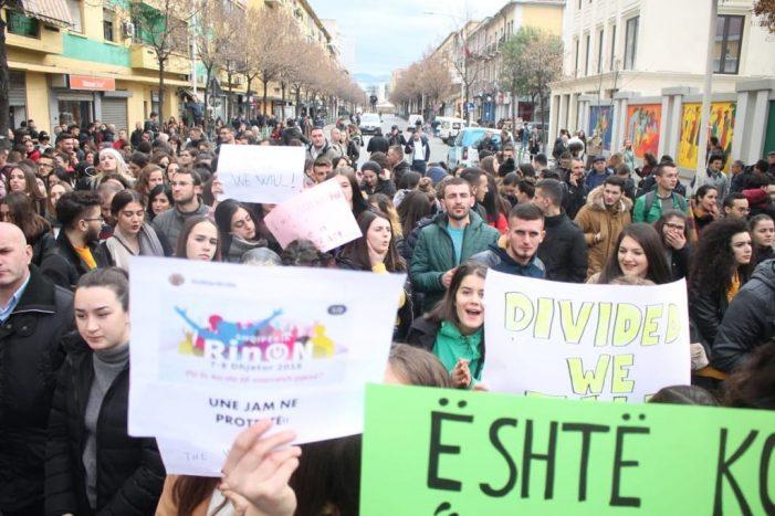 Protesta e studentëve, parrullat dhe mesazhet më pikante (FOTO)