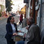 Mjeshtri nga Gjirokastra mbush 80 vjeç, uron ministrja Kumbaro: Edhe 100 usta duarartë!