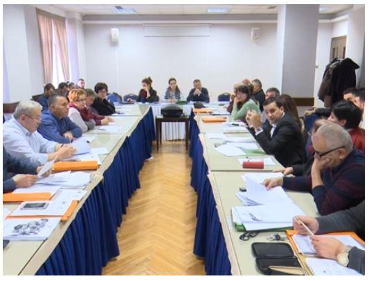 Gropa financiare te Luftëtari dhe këshilltarët me një dorë në bakllava e tjetrën në kadaif