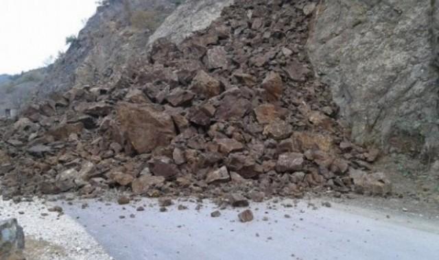 Rrëshqitje dheu, probleme në rrugën Tepelenë-Përmet