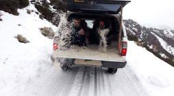 Qyfyre nga Tepelena, punëtorët e Tërmet Peçit s'kanë as lopata, e shpërndajnë kripën me dorë (FOTO)