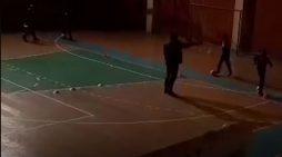 Bashkia Gjirokastër 'lë nam', fëmijët detyrohen të stërviten me drita fikur në pallatin e sportit (VIDEO)