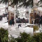Dëborë dhe turizëm në Gjirokastër, gjermanët sfidojnë rrugët e bllokuara me kuaj (VIDEO)