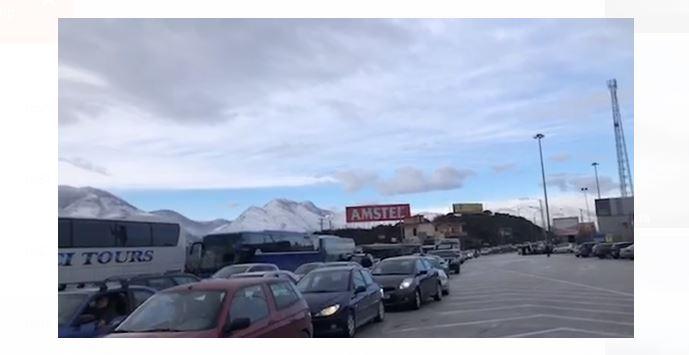Radhë në Kakavijë, grekët u 'bëjnë zbor' emigrantëve: Nuk lejohen të kalojnë ata që s'kanë zinxhirë (VIDEO)