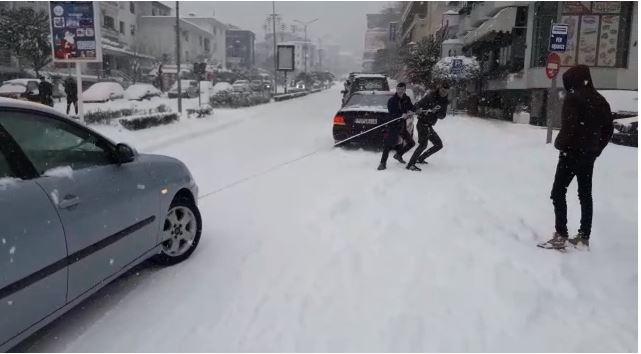 E keqja s'ka kaluar, Gjirokastra 'ngrin' edhe për 24 orë: Mos dilni nga shtëpia nëse s'keni hall