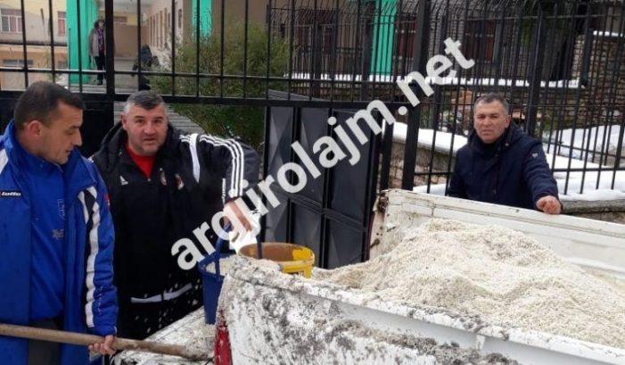 Gjirokastër, mësuesit e 'Koto Hoxhit' nuk presin bashkinë, marrin vetë lopatat për të hedhur kripë (FOTO)
