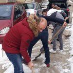 Gjirokastër, banorët te 'Kodra e Shtufit' i dalin për zot lagjes, pastrojnë vetë dëborën (VIDEO)