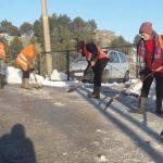 Punëtorët në aksion për të 'shkrirë' Gjirokastrën (FOTO)