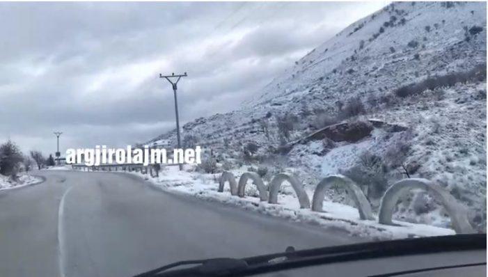 Dëborë dhe ngrica, shihni si ishte Qafa e Muzinës sot (VIDEO)