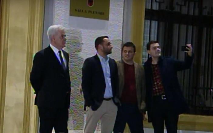 Opozita rrethon Parlamentin, deputeti i Gjirokastrës bën selfie