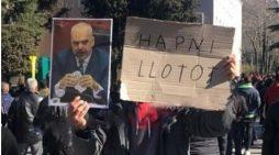 FOTO LAJM/ Protestuesit kanë edhe një hall tjetër: Hapni llotot…