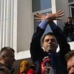 Shikoni Bashën duke kënduar himnin dhe duke bërë simbolin e shqiponjës (VIDEO)