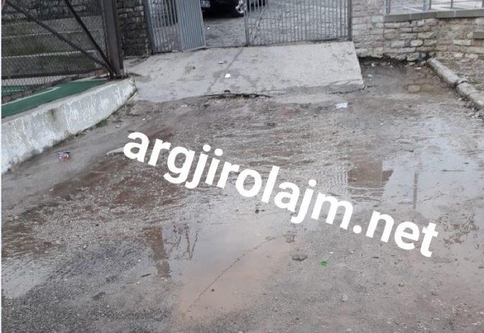 Gjirokastër, plasin ujërat e zeza në oborrin e shkollës 'Çajupi' (FOTO)