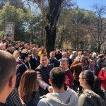 Vangjel Tavo kujtohet për protestën e opozitës tani që mbeti pa mandat. Në shesh bashkë me punonjësit e Bashkisë Gjirokastër (FOTO)