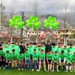 Skandal në Gjirokastër, Vangjel Cavo u heq fëmijëve fanellën e Luftëtarit dhe i vesh me fanellën e Panathinaikosit