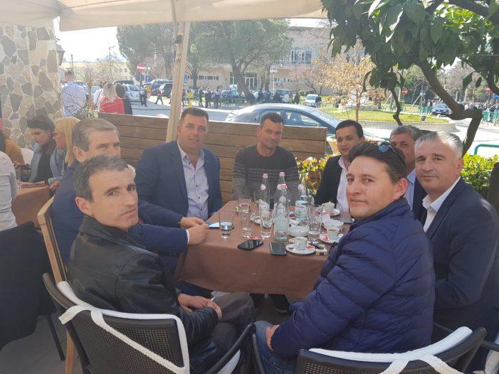 Kongresi i socialistëve, Flamur Bime kafe në Tiranë me delegatët e Gjirokastrës