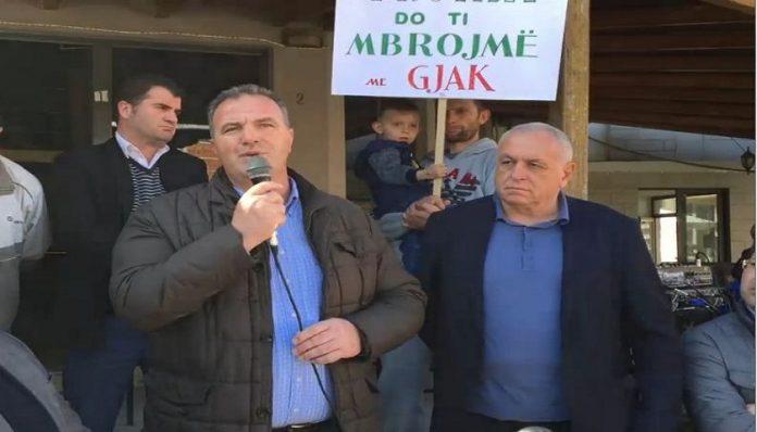 Protesta në Këlcyrë, deputeti i 'djegur' jep alarmin: Policia shoqëron kryetarin e PD-së