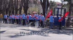 Medreseja nxjerr nxënësit shqiptarë me flamuj turq, për të pritur kombëtaren e Turqisë që do ndeshet me Shqipërinë