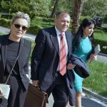 Deputetja e Gjirokastrës tërheq vëmendjen në Kuvend me fustanin ngjyrë gurkali (FOTO)