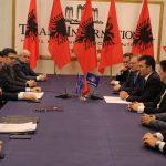 Nënshkrimi i marrëveshjes/ Një grua nga Gjirokastra në tryezën e koalicionit opozitar