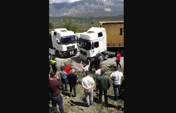 Pamje të tjera nga aksidenti në Gjirokastër, shihni si ka përfunduar kamioni (VIDEO)