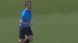 Ndërpritet ndeshja, arbitri shkon në tualet (VIDEO)