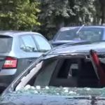 Çmenduri nga moti, breshëri thyen xhamat e makinave (VIDEO)