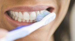 5 gabime të zakonshme që i bëjmë të gjithë me larjen e dhëmbëve