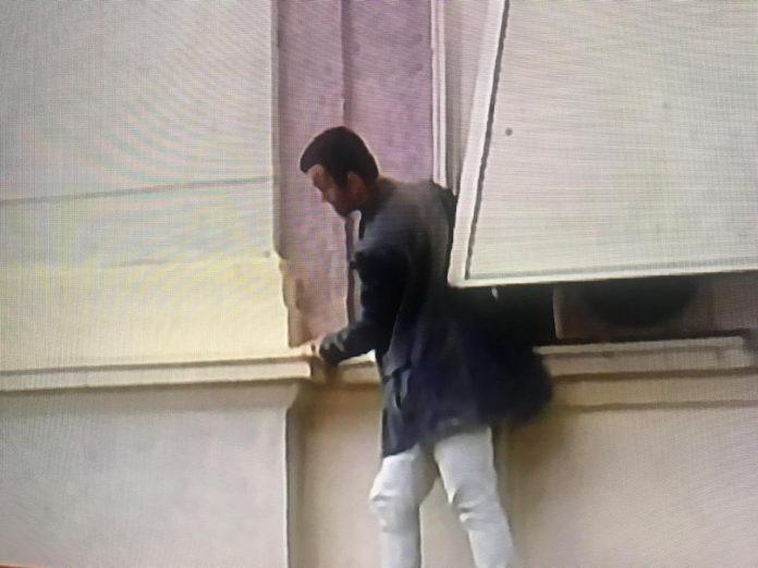 VIDEO/ Shihni ku është ngjitur militanti i PD-së