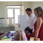 Me bashkëshorten dhe djalin, voton Flamur Golemi në Gjirokastër (VIDEO)