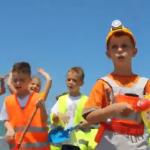 Njihuni me 'Mand ndërtuesin', kryebashkiaku i Fierit bën këngë për fushatën elektorale (VIDEO)