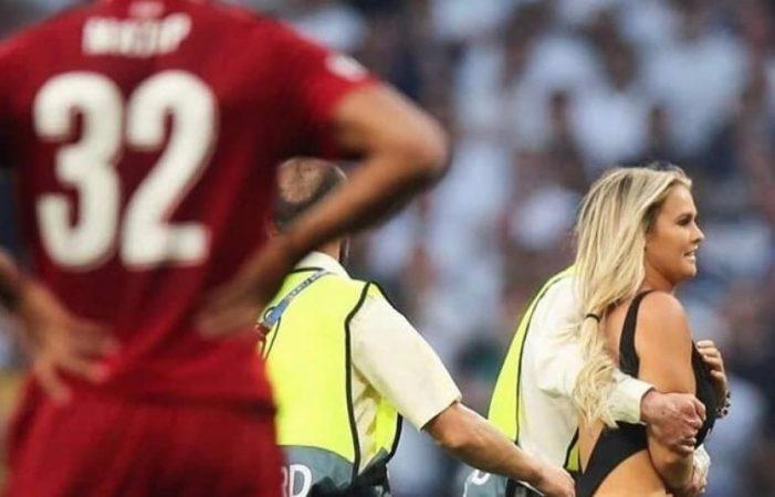 Tifozja bionde futet në fushë, shihni çfarë bën Mohamed Salah (FOTO)
