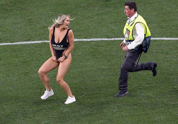 Pamje +18/ Momenti kur tifozja bionde futet në fushën e finales së Champions League (VIDEO)
