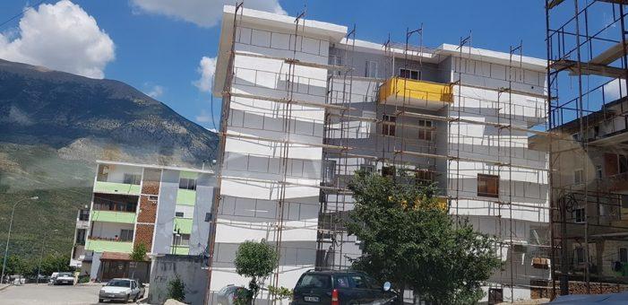 Nuk përmbahet Bashkia Tepelenë, krahason qytetin me Toskanën vetëm se u lyen fasadat e disa pallateve (FOTO)