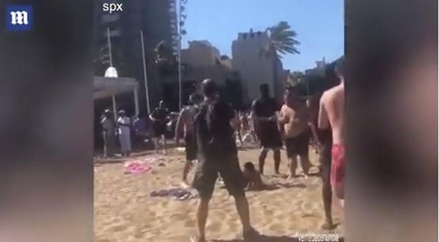 Sherr masiv në plazh, të rinjtë zihen me grushta dhe shufra hekuri (VIDEO)