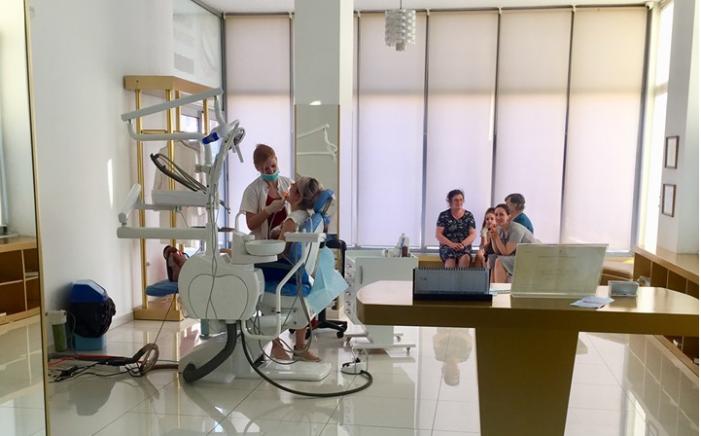 Kërkoni një klinikë dentare në Gjirokastër? Shihni këtë ofertë të 'çmendur' për dhëmbët zirkon e porcelan (FOTO)