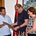 """Shkrimtari i madh austriak viziton Gjirokastrën, Golemi i dhuron """"Çelësin e Qytetit"""". Robert Menasse po shkruan një libër për hapjen e negociatave të Shqipërisë me BE-në (FOTO)"""