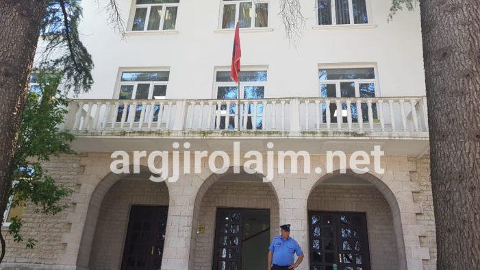 Flamur Golemi shkarkon një tjetër drejtor të Zamira Ramit në Bashkinë Gjirokastër, e zëvendëson me një grua (FOTO)