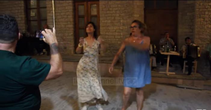 Ndryshe nga Mihal 'Vandami', në Gjirokastër turistët spanjollë kërcejnë me muzikë popullore (VIDEO)