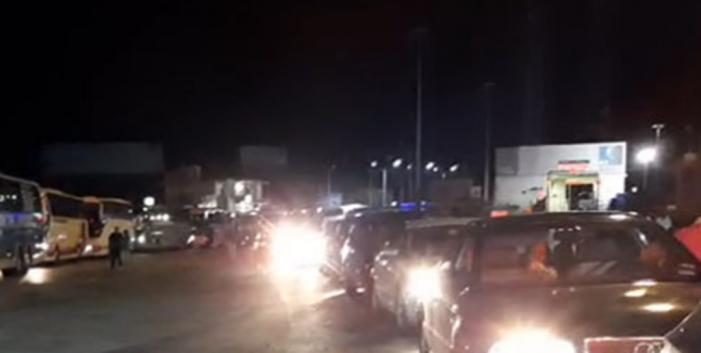 Radhë në Kakavijë, emigrantët presin mbi 3 orë të kalojnë kufirin. Pala greke punon vetëm me dy sportele