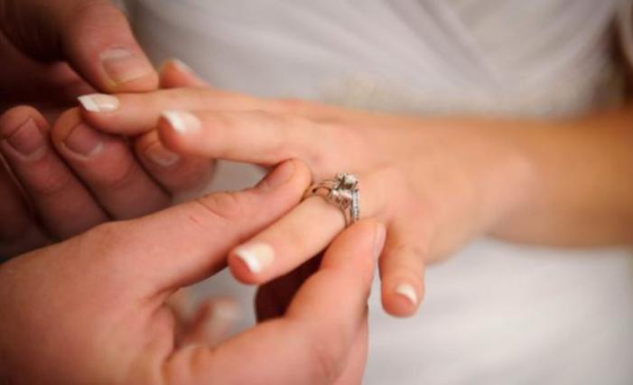 Arsyeja pse unaza e martesës vendoset në gishtin e katërt