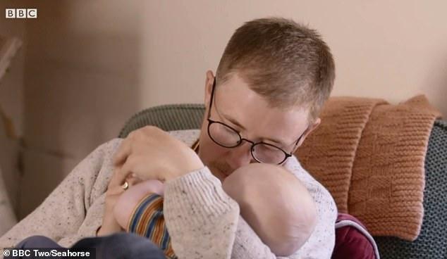 Njihuni me burrin që lind fëmijë: Meshkujt se kanë idenë sa vuajnë gratë (FOTO)